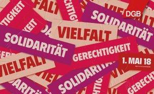 """Drei Wörter in verschiedenen Farben im Collagen-Stil übereinandergelegt: Vielfalt, Gerechtigkeit, Solidarität (oben rechts ein rotes Logo in Rautenform mit der weißen Schrift """"DGB"""")"""