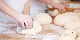 Hände formen Brötchen in Bäckerei